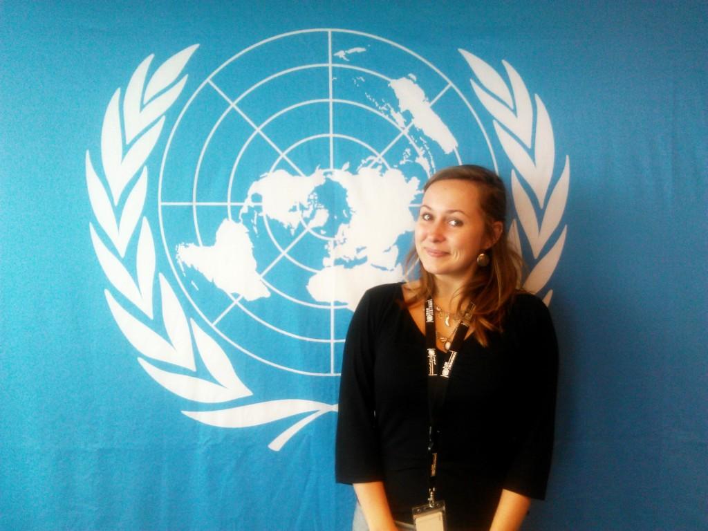 žena před logem OSN