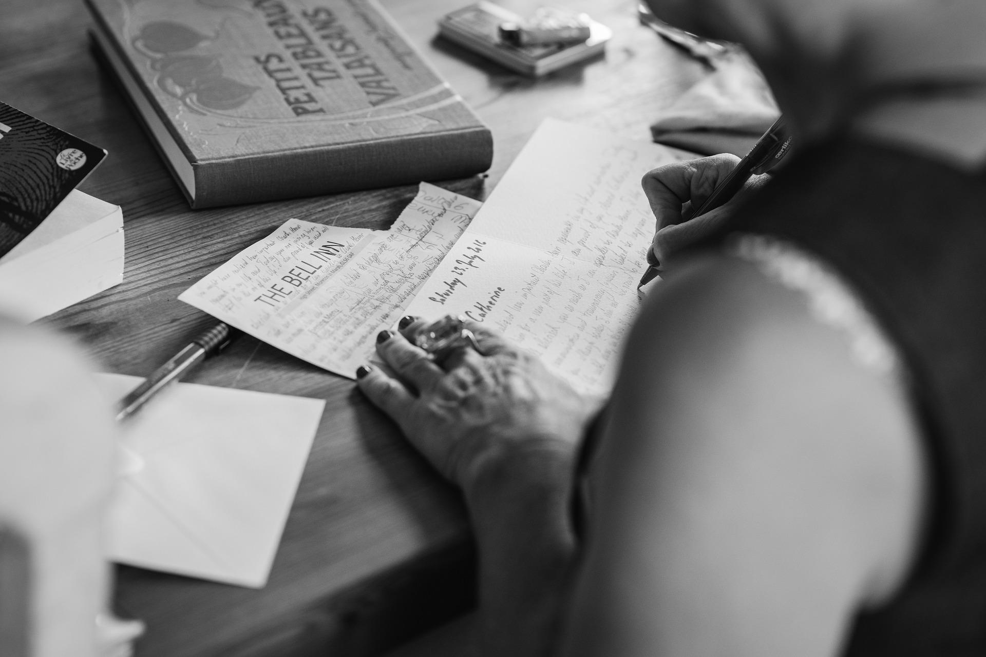 žena píšící dopis v cizím jazyce