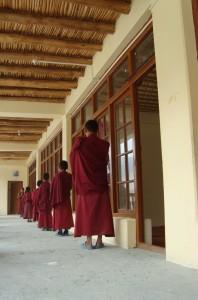 Malí_mniši_z_kláštera_Diskit_při_ranním_zpěvu_indické_hymny_Ladak_Indie_2011