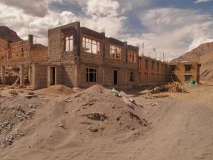stavba_ženského_kláštera_v_koangu_údolí_Spiti_Indie_2012