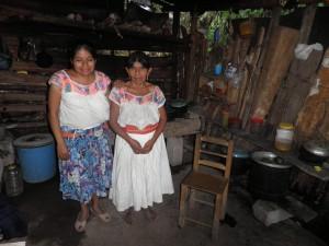 Teta a sestřenice mého žáka Juana v tradičním oblečení. Při výletu k řece nás zastihnul prudký déšť, a tak jsme zamířili k Juanově rodině na hrnek horké kávy.