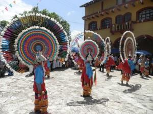 Tradiční tanečníci při pouti ve vesnici Santiago Yancuitlalpan.