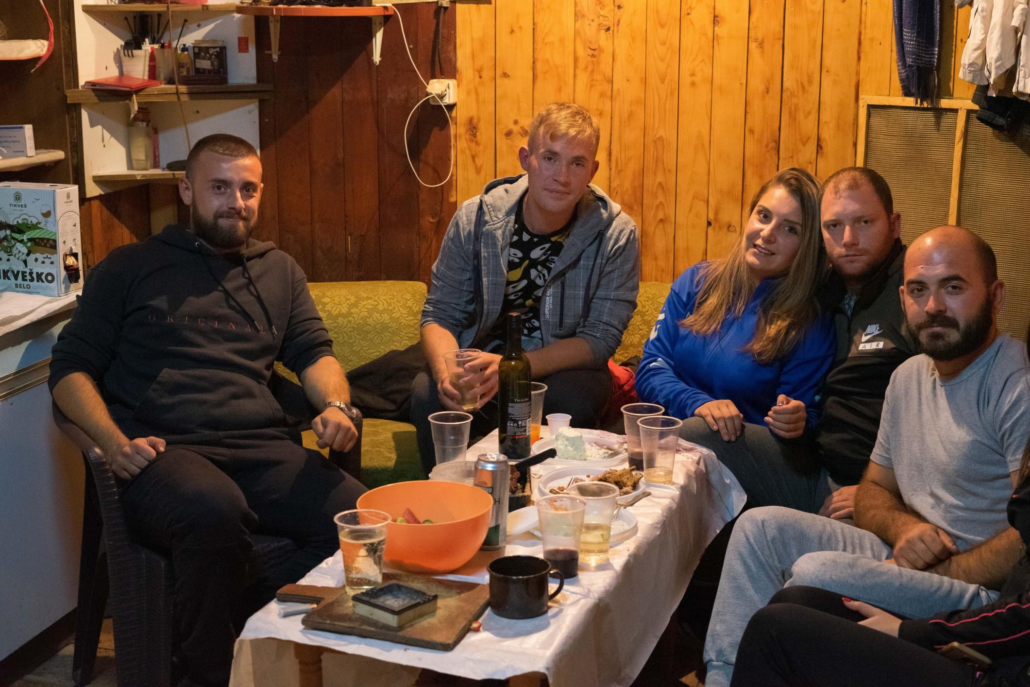 Makedonci na vysokohorské chatě v NP Pelister, Golemo ezero.